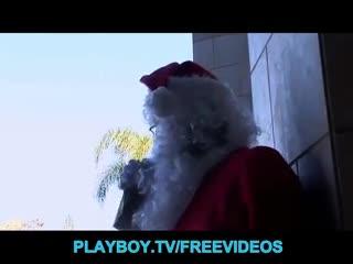 Primi piani - Sexy Christmas elf sits on Santa's face