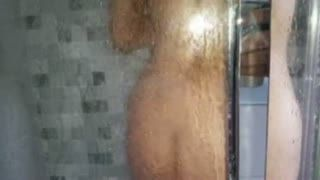 Hairy - Mi guarda sempre mentre faccio la doccia!