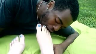 Fetish - worshipping gf's feet in the park