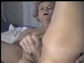 Madurez - Mia Moglie Clara ha un orgasmo masturbandosi