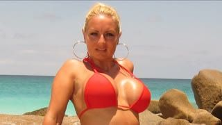 Gros seins - A Hot Blonde, Hot Beachwear And A Hot Beach # 02