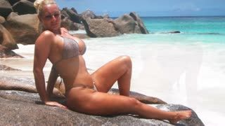 Gros seins - A Hot Blonde, Hot Beachwear And A Hot Beach # 01