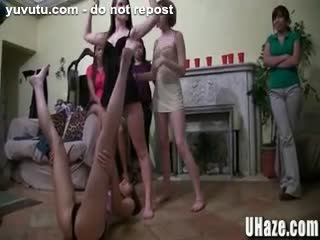 Sexe lesbien - Three Cute College Babes are Filmed getting Haze...