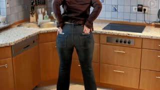 Striptease - Doris dans sa cuisine
