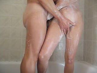 - Follando bajo la ducha