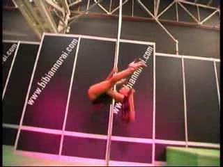 Striptease - Dunia se folla a un t�o en publico
