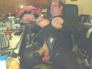 Gerhard in Latex mit Gummititten, wird mit der Melkmaschiene abgemolken und darf endlich spritzen
