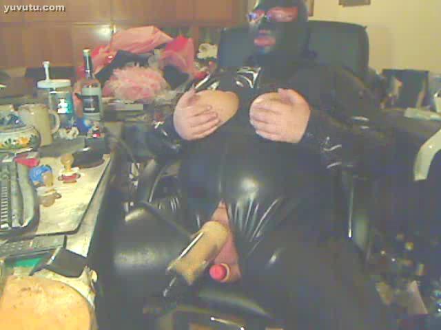Gerhard in Latex mit Gummititten, wird mit der Melkmaschiene abgemolken und darf nicvht abspritzen