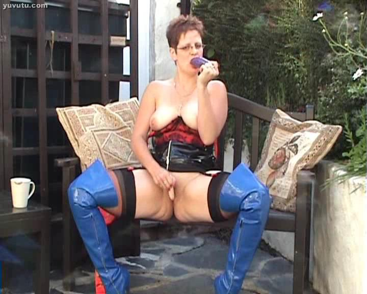 Ladykinkyboots in her blue patent thigh boots